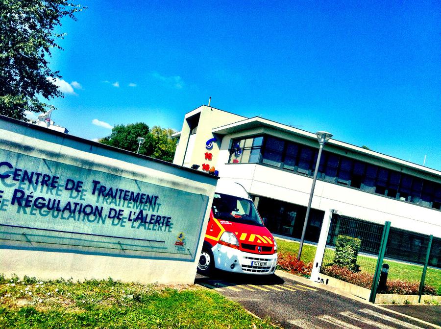 La plateforme 15-18 est située sur le site du CHU de Tours, à côté de l'hôpital Trousseau, sur un terrain mis à disposition du Sdis, pour un bâtiment construit par les pompiers via un bail emphytéotique de 30 ans. Le Samu reverse un loyer annuel.