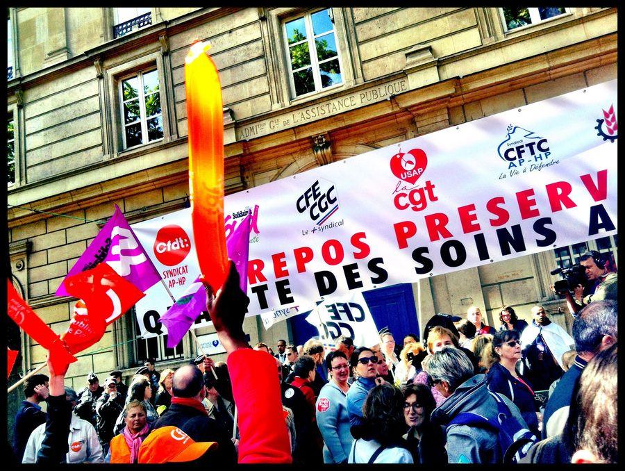 Entre 6 000 et 8 000 agents de l'AP-HP ont brandi drapeaux et banderoles devant le siège de l'AP-HP. Du jamais vu depuis de longues années, selon les syndicats.