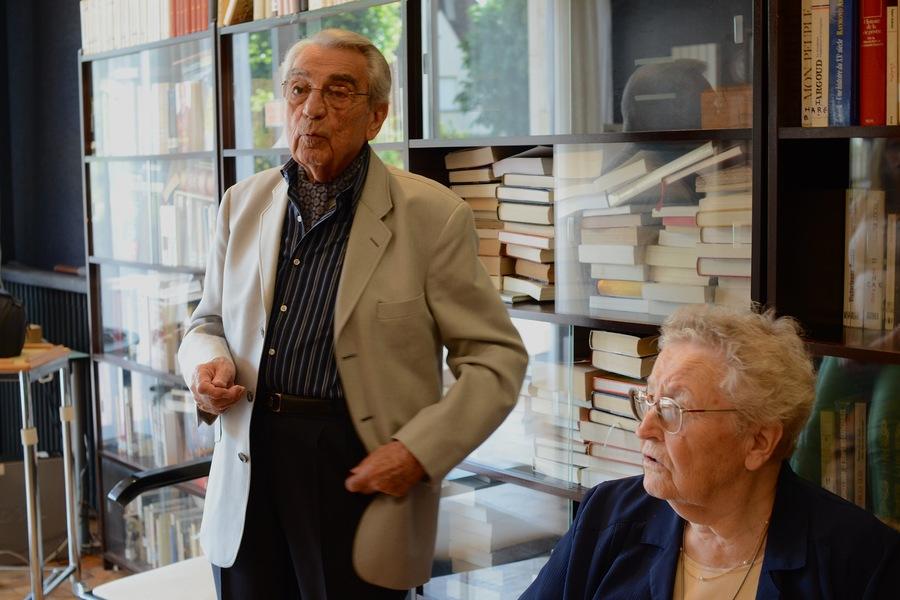 Michel et Simone travaillent depuis le mois de janvier au tri des étagères de la bibliothèque. Les rebuts seront redistribués à une association.