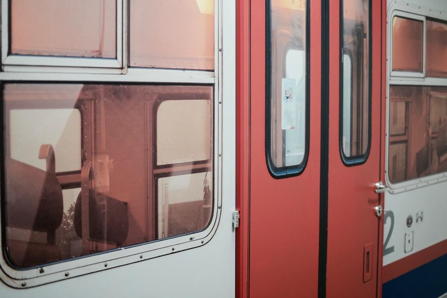 Un habile jeu de trompe-l'œil permet de reconstituer l'extérieur du train.