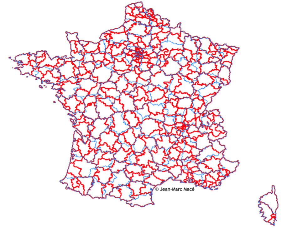 En bleu, les départements. En rouge, les 384 bassins de naissances, générés par 525 maternités, en 2015.