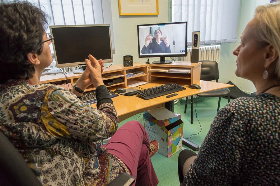 Le Dr Laurence Perault (à gauche) et Marianik Le Guen, intermédiatrice, testent la connexion.