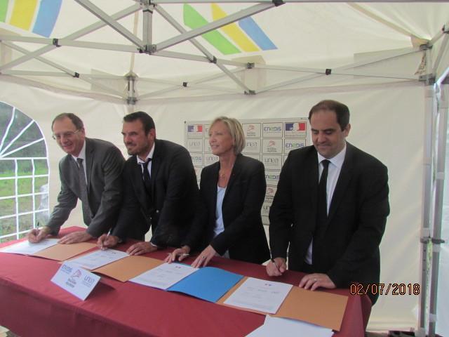 De gauche à droite : Thierry Gibert, directeur régional Enedis, Guillaume Moliérac, conseiller régional de Nouvelle-Aquitaine délégué à l'apprentissage, Sophie Cluzel et Cyril Gayssot, président de l'Unea