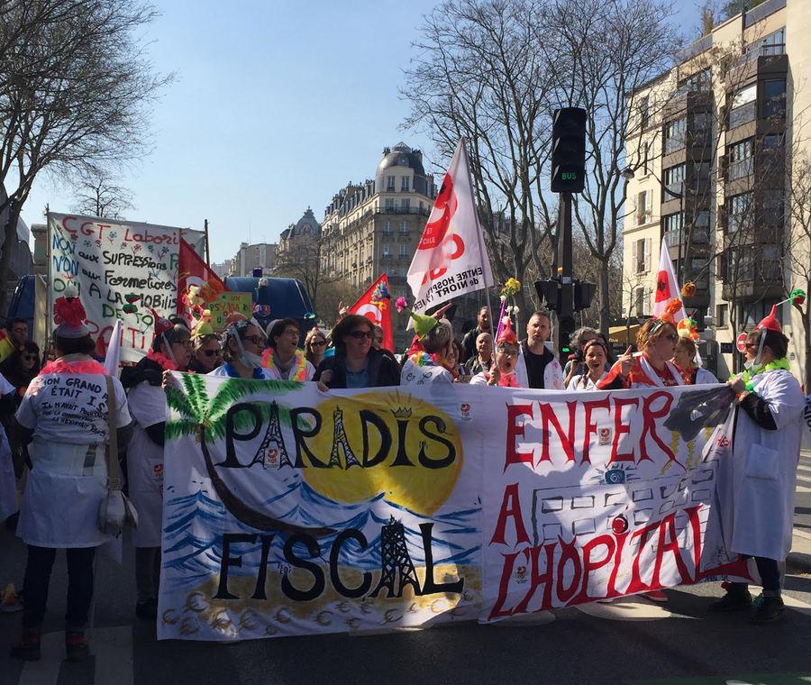 Le cortège de manifestants pour défendre la psychiatrie se dirige vers la place de la République à Paris.