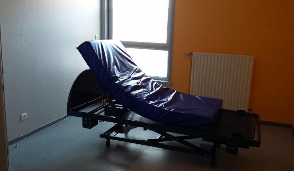 La conception des lits en chambre d'isolement en hôpital psychiatrique peut empêcher de bonnes conditions de repos.