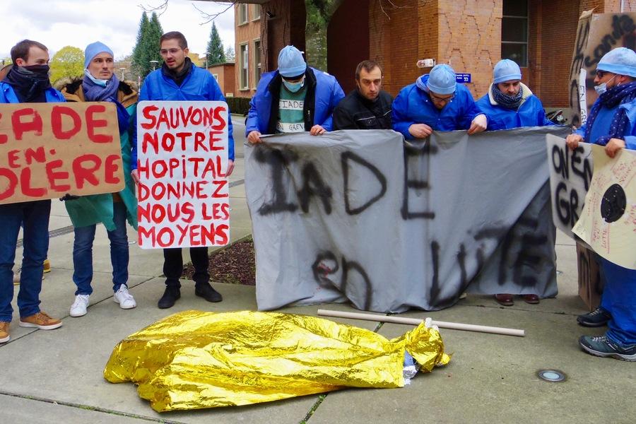 Les banderoles fleurissent dans la cour de l'hôpital Huriez à Lille.