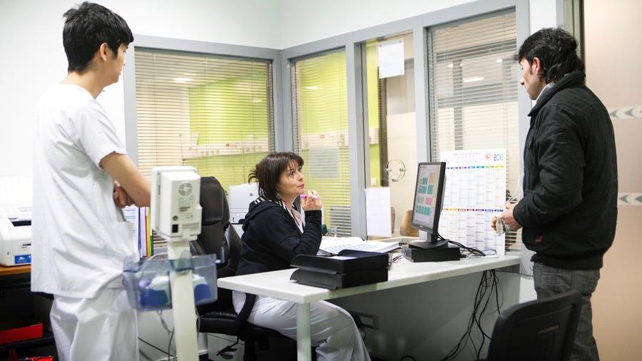 Sur la trentaine de services testeurs, entre 45000et 90000patients arrivant aux urgences(ici la salle de tri du groupe hospitalier Diaconesses-Croix-Saint-Simon à Paris) pourraient être réorientés vers la médecine de ville.