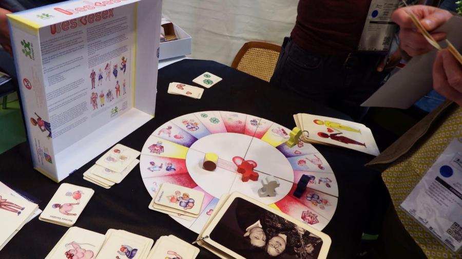 Parmi les outils proposés pour accompagner les personnes déficientes intellectuelles dans leur vie affective, l'Unapei de l'Oise a conçu le jeu Kesekesex.