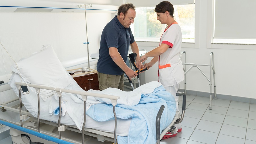La chirurgie orthopédique est particulièrement concernée par le développement de la Raac, qui permet comme ici à un patient atteint d'ostéonécrose de faire ses premiers pas 4heures après la pose d'une prothèse de hanche à double mobilité.