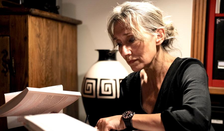 Claire Harpet est anthropologue spécialiste de l'antibiorésistance et des relations entre soignants et soignés.