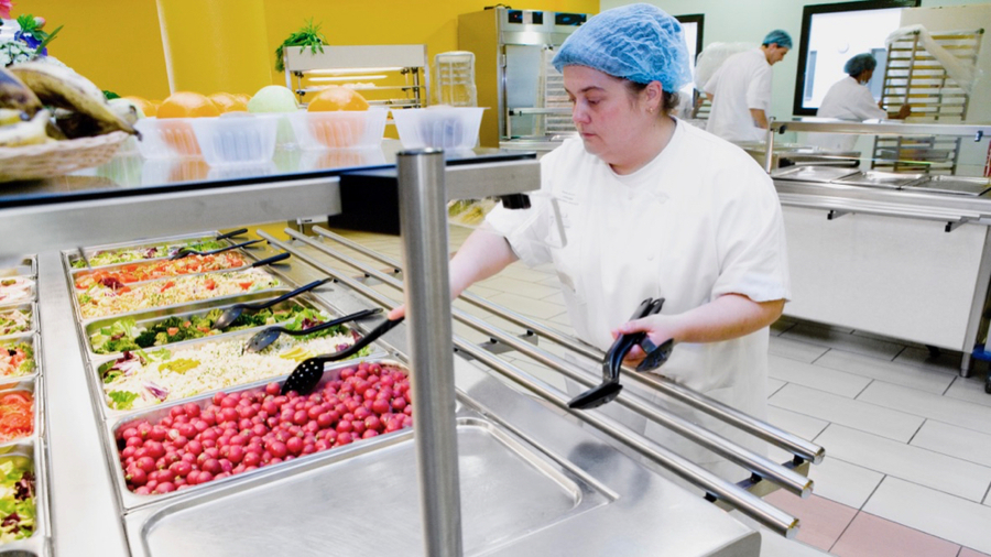 Les restaurants hospitaliers ont pris des mesures spécifiques d'accueil durant la crise sanitaire. Exit notamment les bars à salades tels que proposés dans les selfs habituellement. (B. Boissonnet/BSIP)