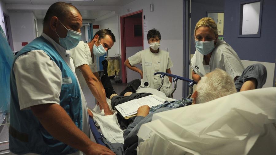 """En plus de l'augmentation générale des salaires, il est proposé de faire converger les grilles infirmières vers la grille """"type"""" de catégorieA et d'élever en catégorieB les aides-soignants. (Pascal Bachelet/BSIP)"""