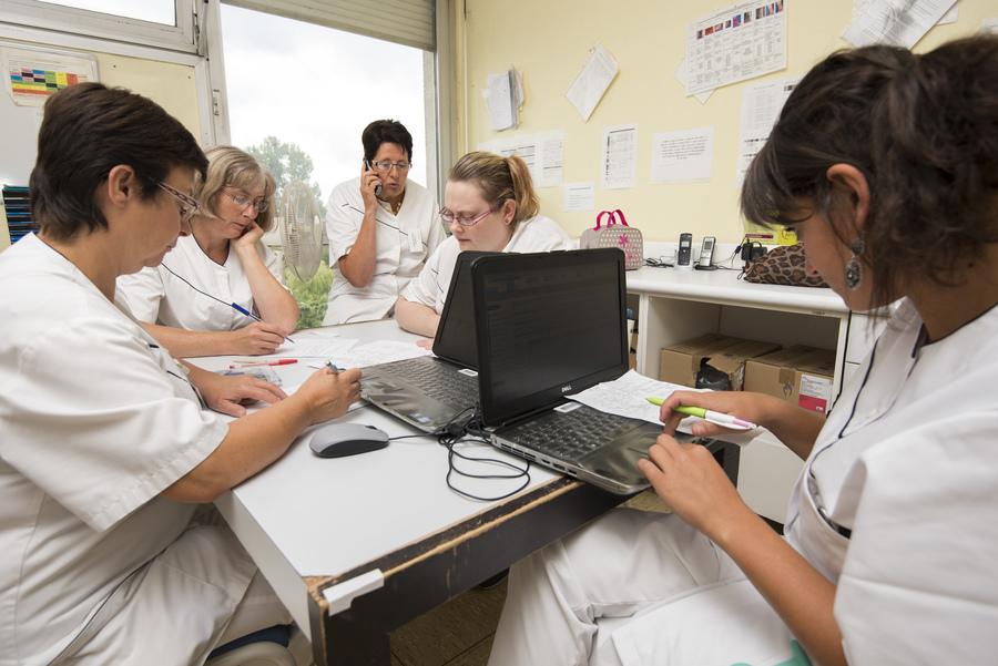 Dans la démarche de retour d'expérience, les professionnels de l'établissement apportent leur point de vue et leur analyse. (Astier/BSIP)