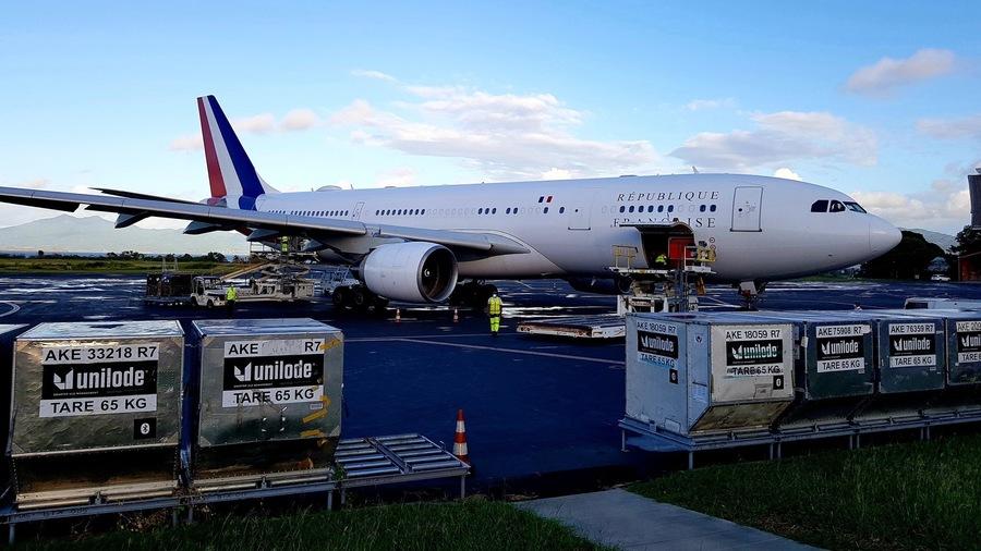 """L'action à Mayotte du ministère des Outre-mer face au Covid-19 (ici l'avion ministériel lors de la venue mi-mai d'Annick Girardin, chargé de 6,5 tonnes de fret sanitaire) est jugée """"redondante"""" voire """"contradictoire"""" avec celui de la Santé. (MOM)"""