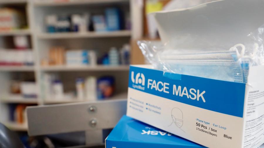 Un circuit spécifique de distribution en cas de tensions d'approvisionnement est prévu pour les établissements de santé et médico-sociaux pour bénéficier notamment de masques chirurgicaux ou FFP2. (Godong/BSIP)
