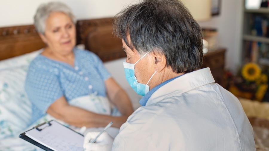 Depuis le 1er octobre, les mesures de protection sont renforcées dans tous les établissements médico-sociaux hébergeant des personnes à risque de forme grave de Covid-19. (Cultura/Image Source/BSIP)