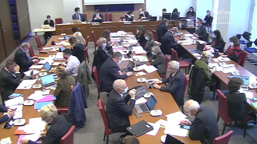 """Face à la question houleuse de la revalorisation des professionnels, le rapporteur général Thomas Mesnier a appelé à mener ce """"débat nécessaire"""" en séance publique. (Assemblée nationale)"""