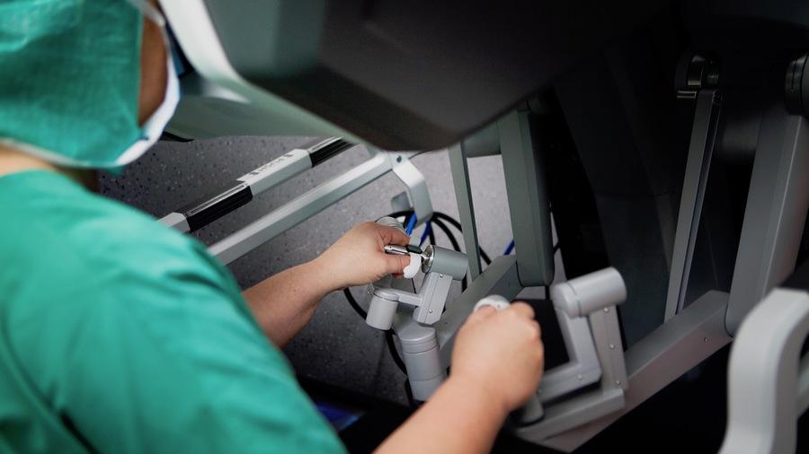 Le chirurgien n'est pas isolé devant sa console mais installé en salle d'opération, à proximité de l'équipe, devant un écran 3D. (Amélie Benoist/BSIP)