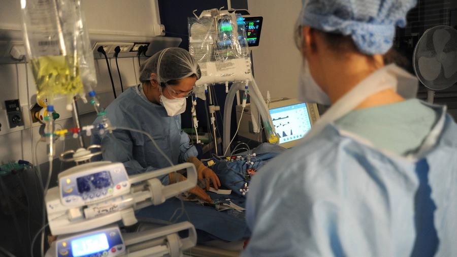 Lors de la première vague, le recours à la ventilation invasive était plus courant. Les pratiques moins invasives facilitent, pour cette deuxième vague, la constitution d'unités de soins critiques avec moins de personnel. (Pascal Bachelet/BSIP)