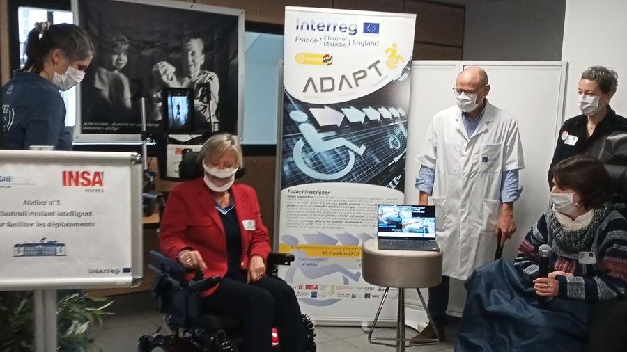 Le fauteuil intelligent, ici testé par Sophie Cluzel, contourne les obstacles  (Edoxie Allier/Hospimedia)