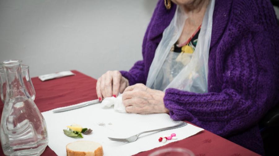 De nombreux résidents très âgés montrent clairement leur désintérêt pour la nourriture. (Albane Noor/BSIP)