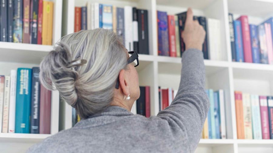Les Plumes grisées veulent faire connaître la créativité littéraire qui émane des Ehpad (Cultura/Image source/BSIP)