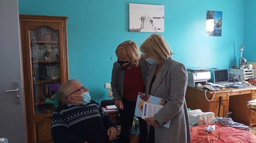 Sophie Cluzel et Brigitte Bourguignon ont visité une résidence mélangeant publics en situation de handicap et personnes âgées à Quesnoy-sur-Deûle. (Hospimedia/Edoxie Allier)