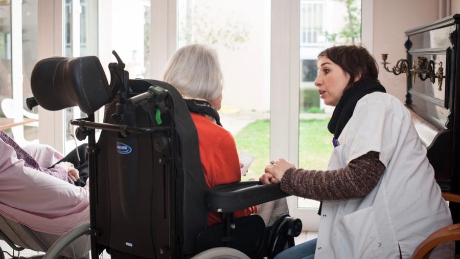 Le nouveau protocole réaffirme le plein respect des droits et libertés des personnes âgées accompagnées et la possibilité pour les résidents de voir leurs proches. (Albane Noor/BSIP)