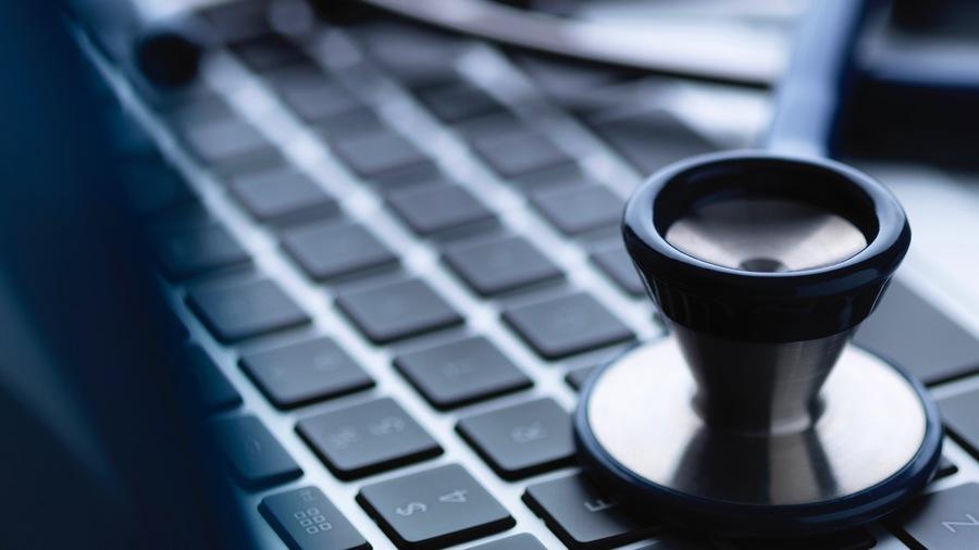 Les auxiliaires médicaux et les pharmaciens ont désormais accès au télésoin, des mesures accélérées par la crise sanitaire et qui réinventent le parcours de soin. (Cultura/Image source/BSIP)