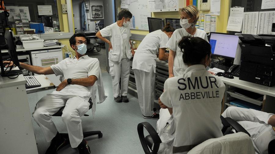 """Pour le ministère de la Santé, la refonte organisationnelle de leur gouvernance doit amener les hospitaliers à """"réinvestir l'échelon du service de soins"""" et y développer une démarche foncièrement participative autour d'un véritable fonctionnement médico-soignant.(Pascal Bachelet/BSIP)"""