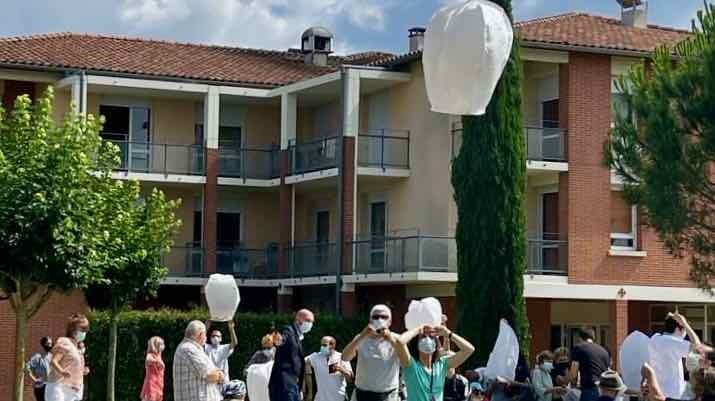 Un lâcher de lanternes portant des messages en souvenir des disparus a ainsi été proposé à l'Ehpad Saint-Jacques de Grenade-sur-Garonne et Cadours. (Ehpad Saint-Jacques de Grenade-sur-Garonne et Cadours)