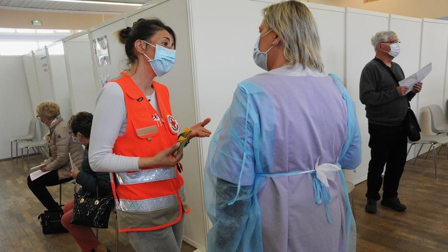 En pratique, l'obligation vaccinale s'applique à certaines catégories en fonction des missions exercées. C'est le cas pour les personnels de la Croix-Rouge mobilisés dans les centres de vaccination. (Pascal Bachelet/BSIP)