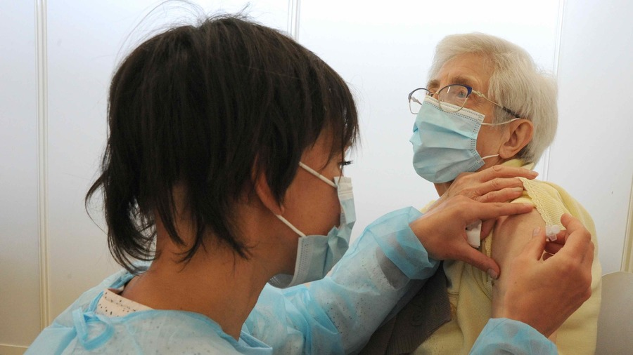 Dans son dernier avis, la HAS suggère d'organiser en même temps la vaccination contre la grippe et contre le Covid-19 pour les plus âgés et les plus fragiles. (Pascal Bachelet / BSIP)