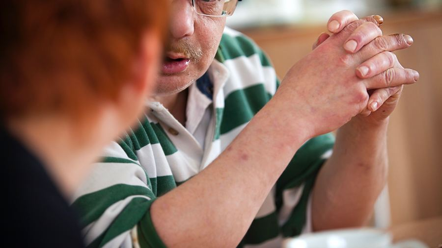 Les équipes de soins psychiatriques intensifs à domicile nécessitent une grande adaptabilité et des compétences multiples pour rendre le patient et sa famille acteurs du soin. (Amélie Benoist/BSIP)
