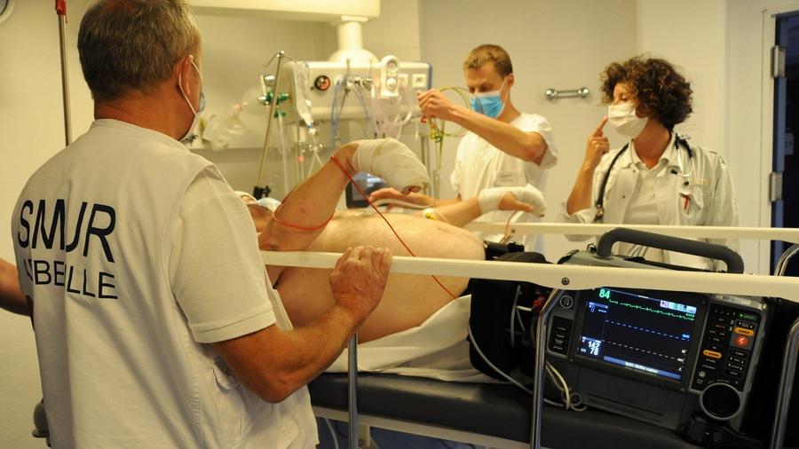 Une salle d'accueil, un espace d'examen et de soins, une salle d'accueil des urgences vitales équipée pour la réanimation immédiate et 2lits d'UHCD: cette base à toute structure d'urgences prévaudra pour les futures antennes de médecine d'urgence. Sauf dérogation, une Smur devra aussi fonctionner sur le même site géographique.(Pascal Bachelet/BSIP)