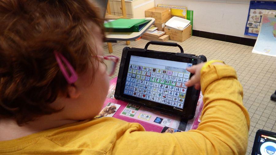 Les unités d'enseignement polyhandicap recourent à des outils de communication personnalisés adaptés à chaque enfant. (Emmanuelle Deleplace/Hospimedia)